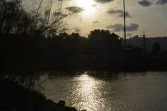 Coucher du soleil dans l'ancrage de Shavit sur les banques de la rivière de Kishon Vue sur Haïfa photographie stock libre de droits