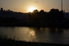 Coucher du soleil dans l'ancrage de Shavit sur les banques de la rivière de Kishon Vue sur Haïfa image libre de droits
