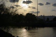 Coucher du soleil dans l'ancrage de Shavit sur les banques de la rivière de Kishon Vue sur Haïfa photo libre de droits