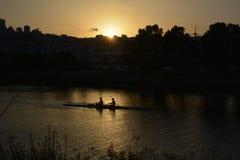 Coucher du soleil dans l'ancrage de Shavit sur les banques de la rivière de Kishon Vue sur Haïfa Rameurs dans le canoë-kayak image stock