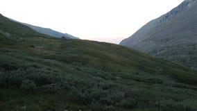 Coucher du soleil dans l'ar?te de montagnes en vall?e d'Akchan Montagnes d'Altai Russie banque de vidéos