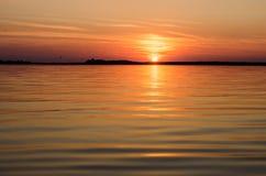 Coucher du soleil dans l'eau Photographie stock libre de droits