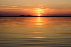 Coucher du soleil dans l'eau Photo libre de droits