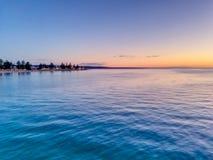 Coucher du soleil dans l'horizon - plage de Glenelg, Australie du sud Photographie stock libre de droits