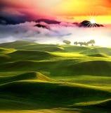 Coucher du soleil dans l'horizontal de montagnes Photos libres de droits