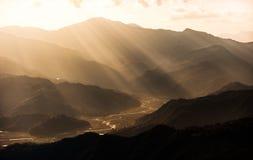 Coucher du soleil dans l'horizontal de montagnes Images libres de droits