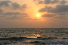 Coucher du soleil dans l'Inde de plage de Velas Images stock