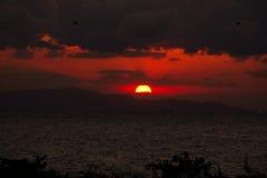 Coucher du soleil dans l'obscurité Photo libre de droits