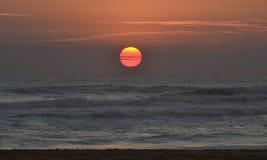 Coucher du soleil dans l'océan Photographie stock libre de droits