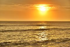 Coucher du soleil dans l'océan pacifique photo libre de droits