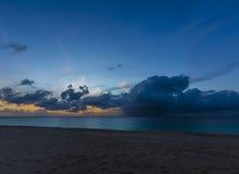 Coucher du soleil dans la baie d'hydromels en plage d'Anguilla, des Caraïbes Images stock