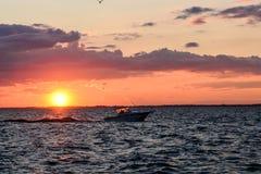 Coucher du soleil dans la baie de Sandusky sur le lac Érié Photo stock