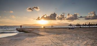 Coucher du soleil dans la côte de Las Maravillas en Palma de Mallorca photo stock