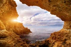 Coucher du soleil dans la grotte images libres de droits