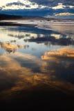 Coucher du soleil dans la marée inférieure Images stock