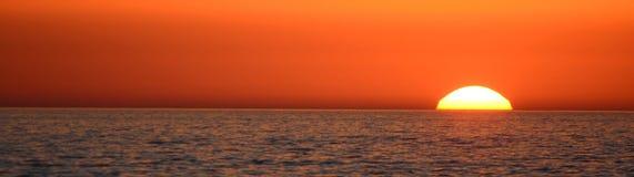 Coucher du soleil dans la mer Photographie stock
