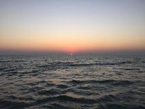 Coucher du soleil dans la mer Images stock
