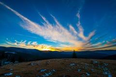 Coucher du soleil dans la montagne dans les paltinis Images stock