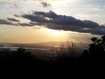 Coucher du soleil dans la région côtière occidentale dans Oahu HAWAÏ Etats-Unis images libres de droits