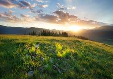 Coucher du soleil dans la vallée de montagne images stock