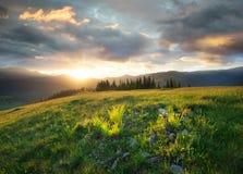 Coucher du soleil dans la vallée de montagne photo stock