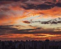 Coucher du soleil dans la ville avec l'horizon industriel et les nuages photos stock