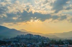 Coucher du soleil dans la ville d'Alushta sur le fond Images stock