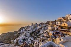 Coucher du soleil dans la ville d'Oia, Santorini, Tira Island, Cyclades Photos stock