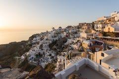 Coucher du soleil dans la ville d'Oia, Santorini, Tira Island, Cyclades Photographie stock