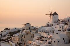 Coucher du soleil dans la ville d'Oia, Santorini, Tira Island, Cyclades Photo libre de droits