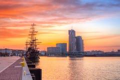 Coucher du soleil dans la ville de Gdynia à la mer baltique Photo stock