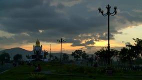 Coucher du soleil dans la ville de Lombok banque de vidéos