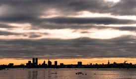 Coucher du soleil dans la ville de Tallinn Photographie stock