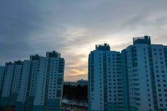Coucher du soleil dans la ville sur le fond de tour photographie stock libre de droits