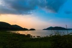 Coucher du soleil dans le barrage de srinakarin Image libre de droits