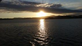 coucher du soleil dans le bateau d'océan Image libre de droits