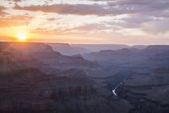 Coucher du soleil dans le canyon grand photos libres de droits