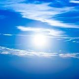Coucher du soleil dans le ciel avec les nuages bleus Images libres de droits