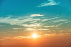 Coucher du soleil dans le ciel avec les nuages oranges bleus Photos libres de droits