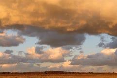 Coucher du soleil dans le ciel couvert de nuages denses photos libres de droits
