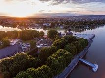 Coucher du soleil dans le coin allemand de monument historique de l'Allemagne de ville de Coblence où les rivières le Rhin et le  photo libre de droits