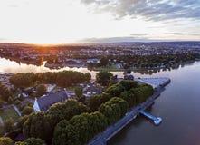 Coucher du soleil dans le coin allemand de monument historique de l'Allemagne de ville de Coblence où les rivières le Rhin et le  image libre de droits
