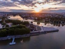 Coucher du soleil dans le coin allemand de monument historique de l'Allemagne de ville de Coblence où les rivières le Rhin et le  photos libres de droits