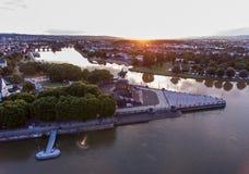 Coucher du soleil dans le coin allemand de monument historique de l'Allemagne de ville de Coblence où les rivières le Rhin et le  photo stock