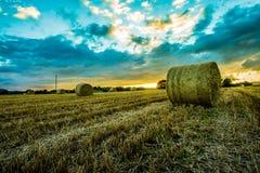 Coucher du soleil dans le comté vers le bas images libres de droits