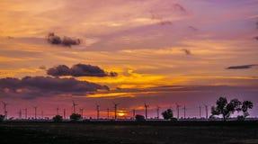 Coucher du soleil dans le contexte des moulins de vent Image libre de droits