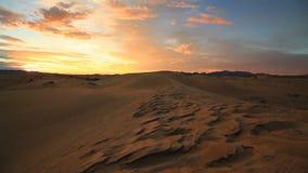 Coucher du soleil dans le désert de Gobi mongolia banque de vidéos
