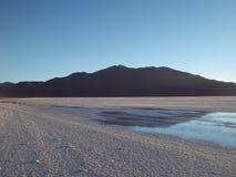 Coucher du soleil dans le désert de sel d'Uyuni, Bolivie Images stock