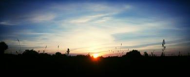 Coucher du soleil dans le domaine Image libre de droits