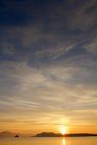 Coucher du soleil dans le fjord norvégien près de la ville Molde Image libre de droits